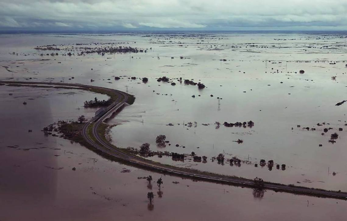 在貝拉市,自周日開始上游的水壩已紛紛通報「紅色警戒」、甚至潰堤崩潰,因此這座55...