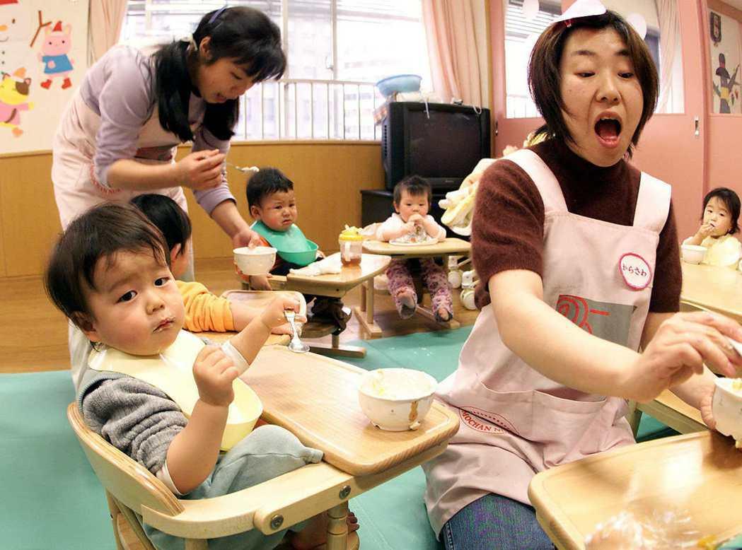 日本政府與社會認為,唯有健全的保育所(園)才能解決待機兒童的相關問題。 圖/法新...