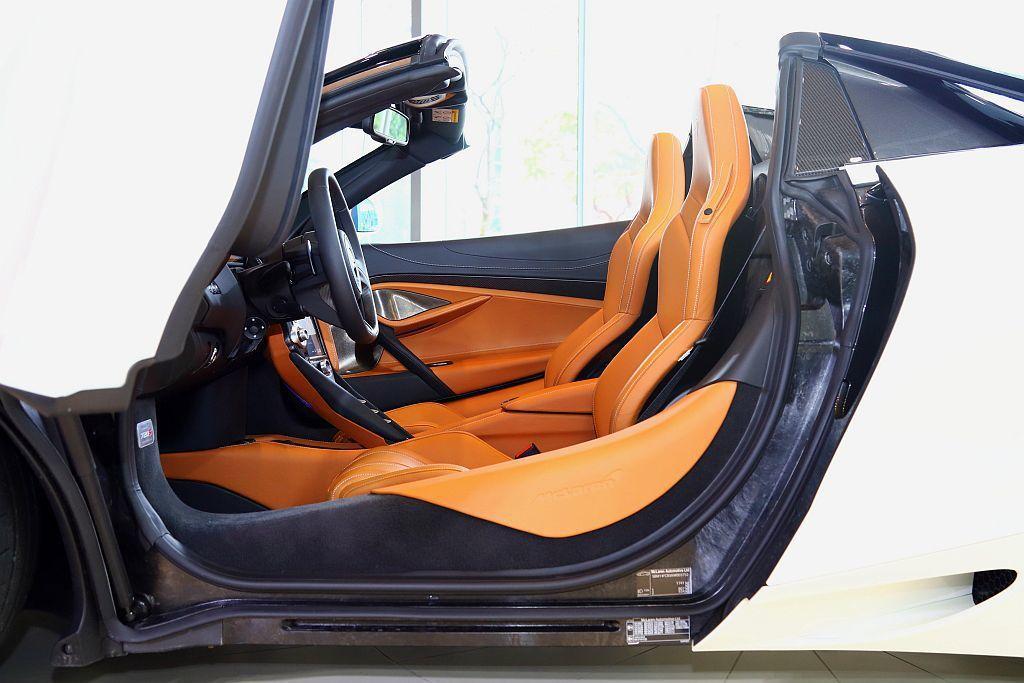 McLaren首創以碳纖維防翻架結合同材質底盤,量身打造具備輕量化與極高抗扭性的...