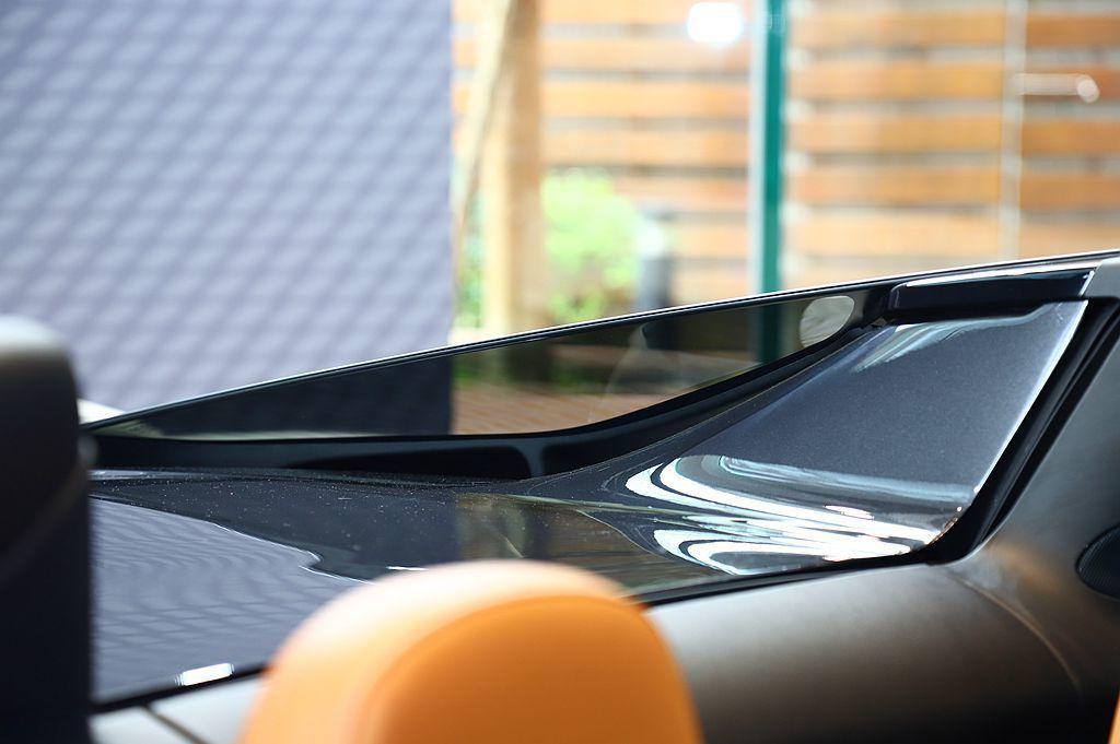 McLaren 720S Spider獨特的透明飛拱式C柱,可增進後方視線廣度。...