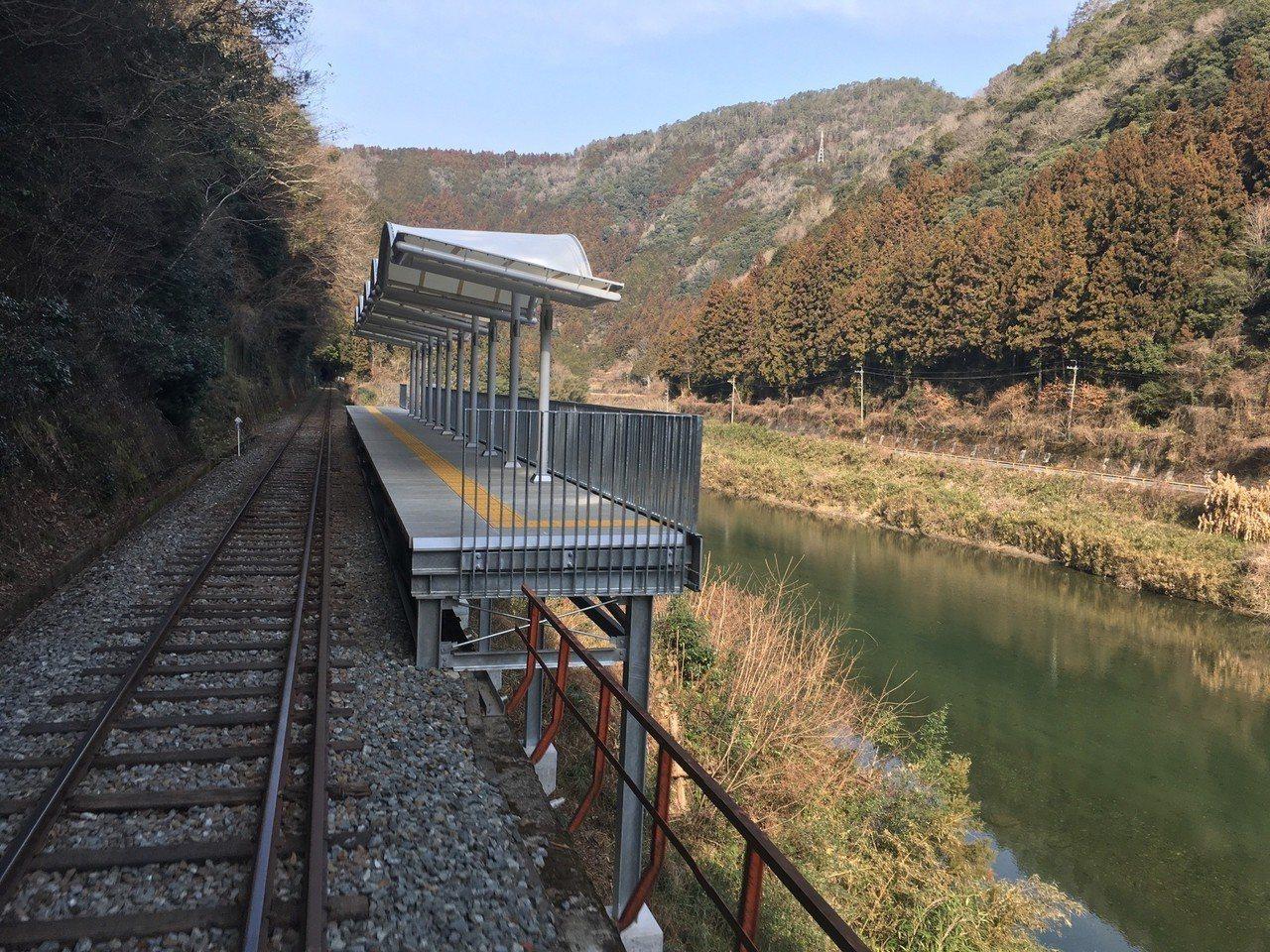 乘客可以在車站內,自由地欣賞當地風景,並拍攝照片。圖片來源/富士新聞網