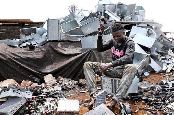 圖二 : 世界各地廢棄電子設備,會被貧窮的工人徒手處理或焚燒。這對健康產生了巨大...