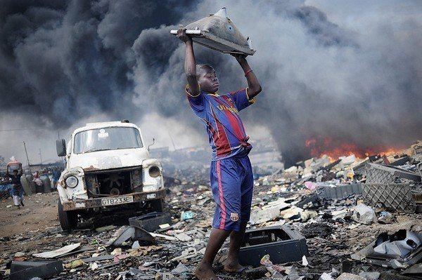 圖四 : 電子廢物明顯失控地流向那些廉價勞動力和原始回收方法的地區與國家,導致暴...