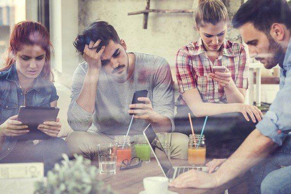 圖二 : 然而,智慧手機本身絕不是一個最佳的裝置,它的麥克風距離你的嘴巴不夠近,...