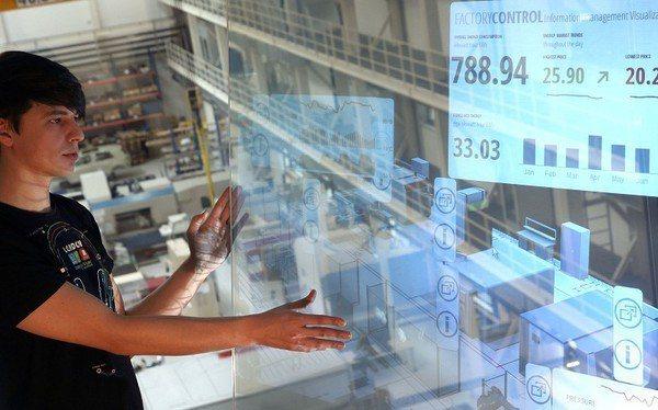 圖一 : 智慧工廠將全然顛覆傳統工廠的基礎架構以及管理方式,在急速變化的環境中,...