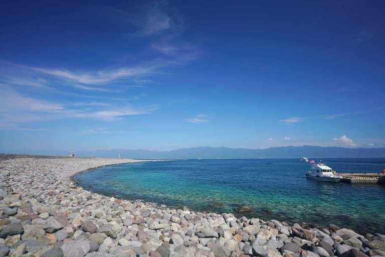 龜山島邊的海水清澈無比,這處蜿蜒沙嘴因季節而南北移動有了「靈龜擺尾」的奇景/IG...