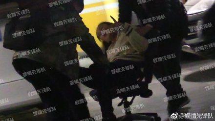 大陸女星胡靜喝到不省人事,醉到被放到有輪子的座椅上抬走。圖/摘自微博