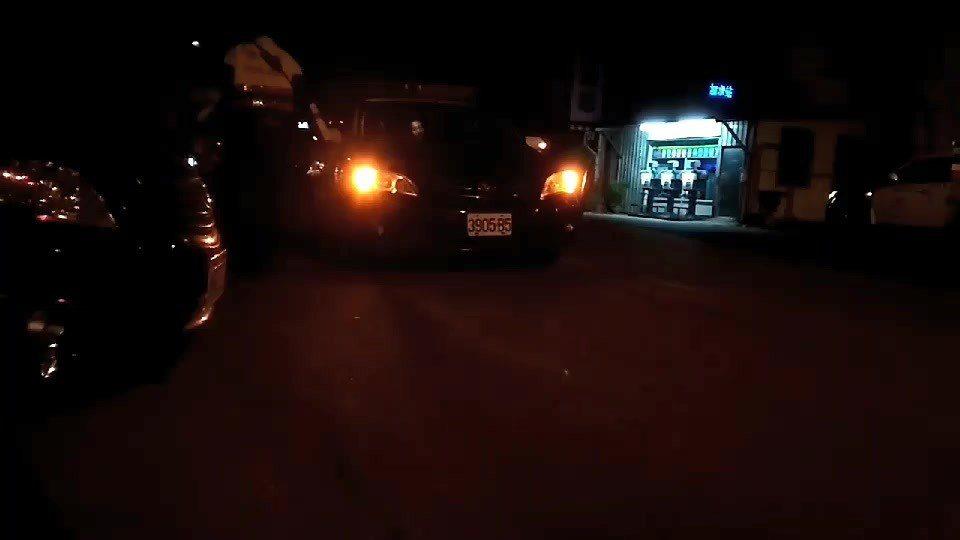 女子遭帶上警車。圖/民眾提供