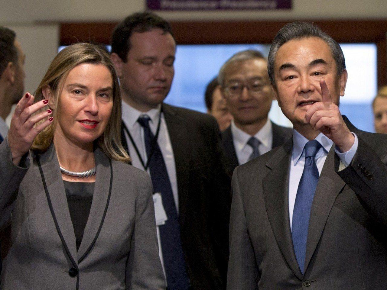 中共國務委員兼外交部長王毅(右)與莫蓋里尼會晤後表示,華為受不正常及不道德攻擊。...