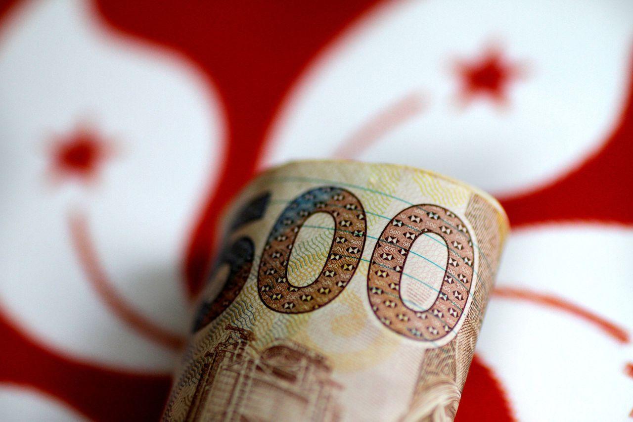 證券投資人賣港幣買人民幣,並透過滬港通買進陸股,導致港幣在現匯市場偏低。路透
