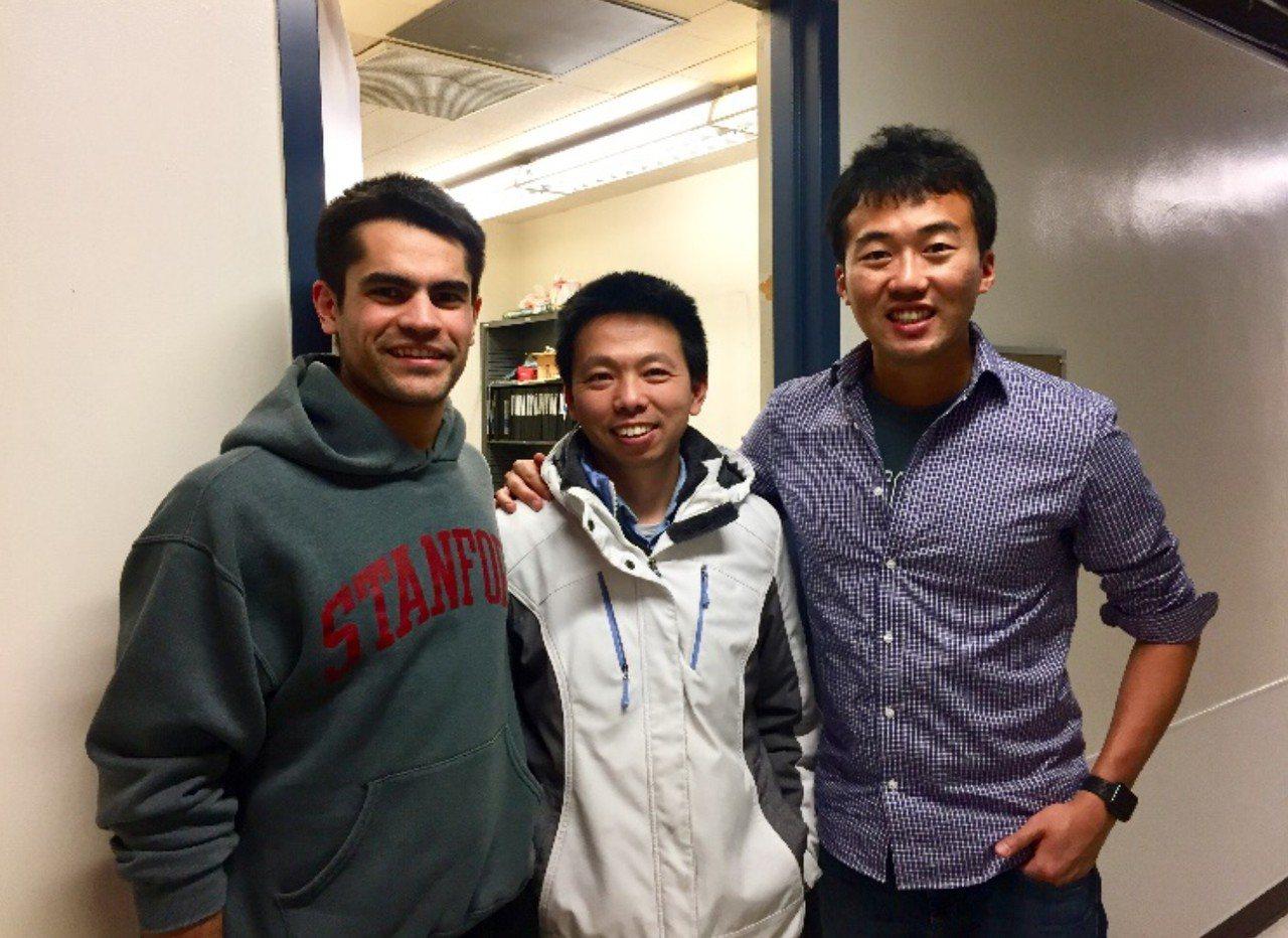 台師大光電工程所助理教授楊承山(右起)、美國加州大學柏克萊分校物理系教授王楓及其...