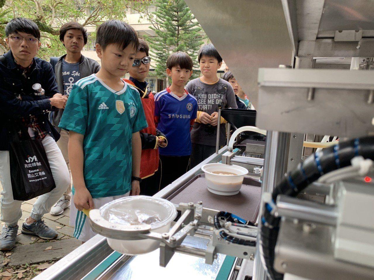 台科大研發團隊邀請公館國小學童一起體驗機器人煮麵,近距離觀摩先進的自動化烹飪技術...