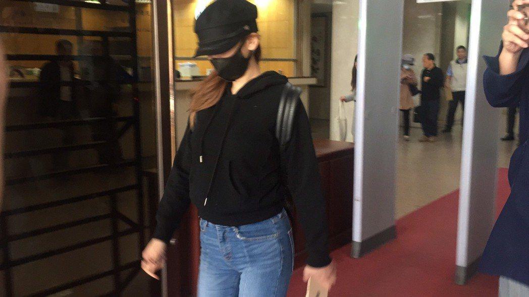 劉喬安訊後獲請回,步出地檢署大門時,面對媒體詢問有無話要說?全程不發一語。記者賴...
