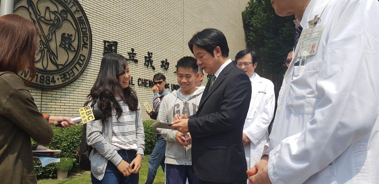 賴清德上午回成大母校,有學妹要求他簽名。記者修瑞瑩攝影