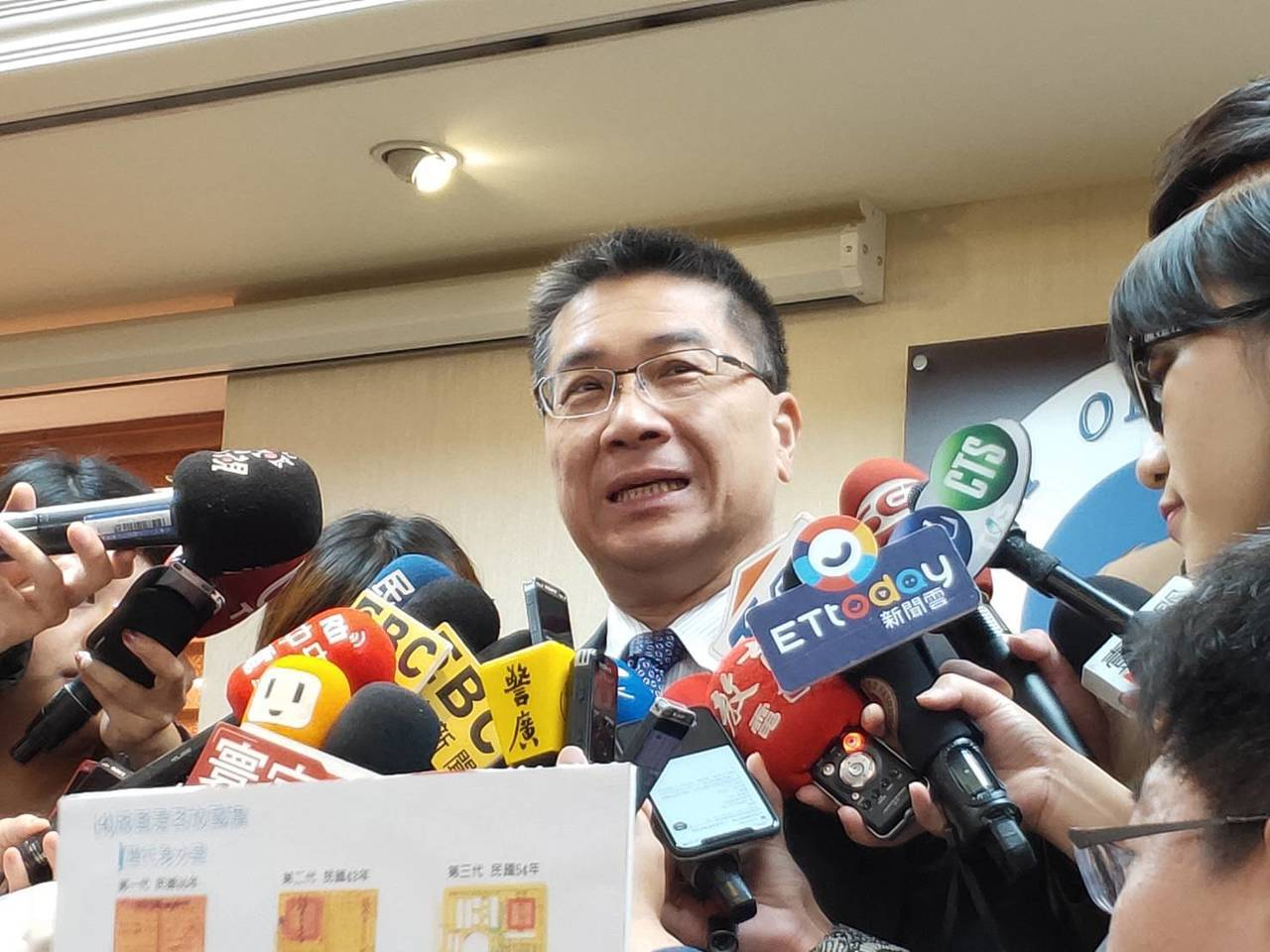 內政部長徐國勇拿著歷年的身分證解釋。記者徐偉真/攝影
