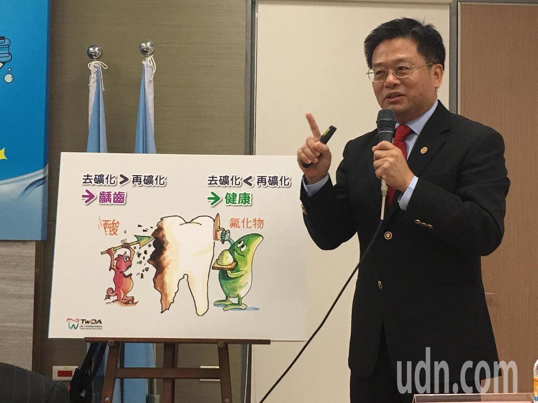 台灣口腔照護協會理事長黃耀輝說,若沒有即時改變口中酸性環境,牙齒脫鈣久了就會產生...