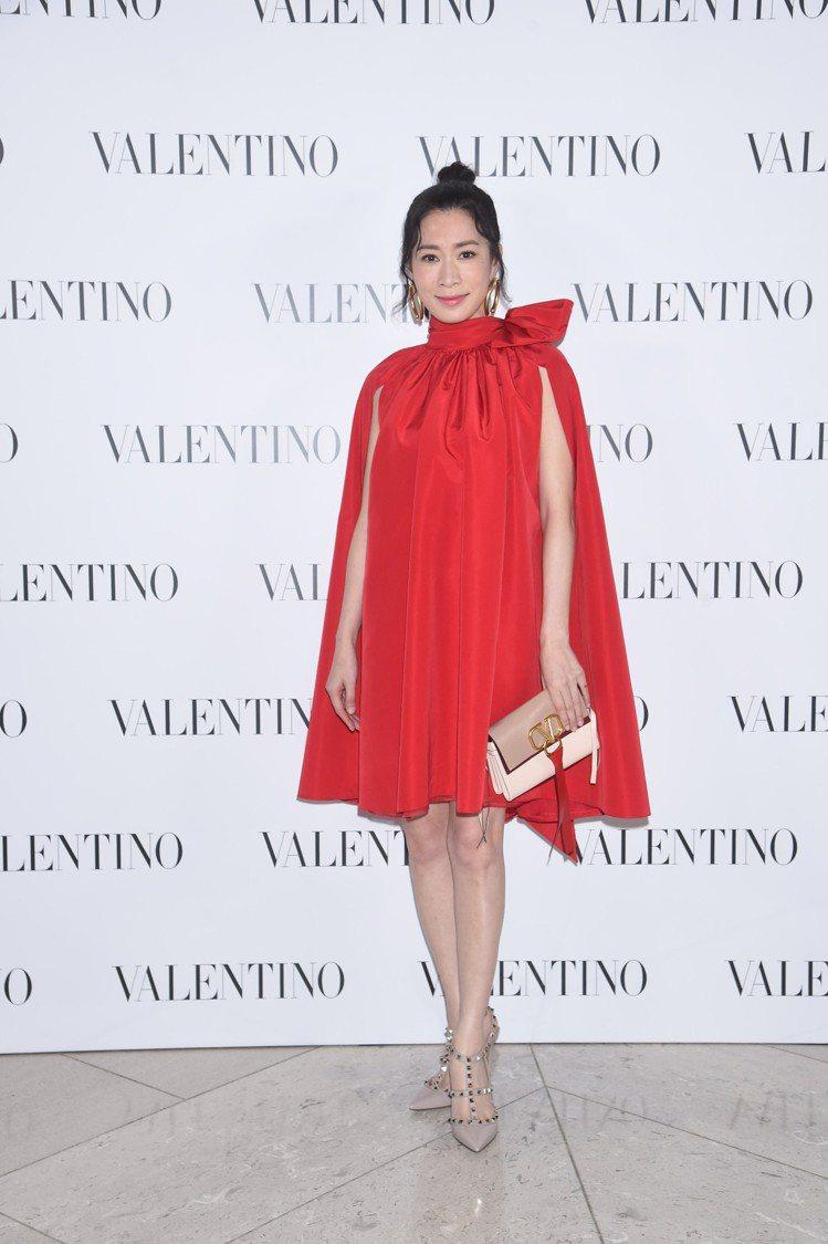 在Valentino香港中環置地廣場的酒會中,佘詩曼身穿一襲紅色洋裝配丸子頭,拎...