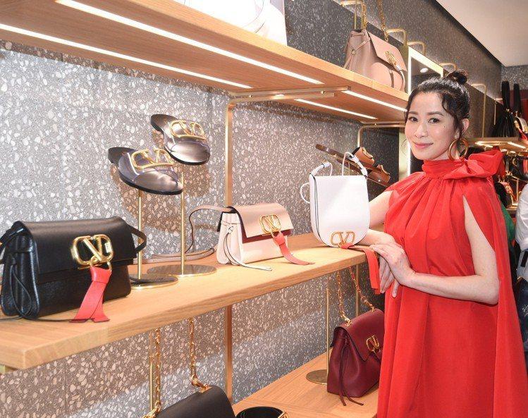 佘詩曼身穿一襲紅色洋裝配丸子頭,大蝴蝶結裝飾夢幻甜美,標誌性的「Valentin...