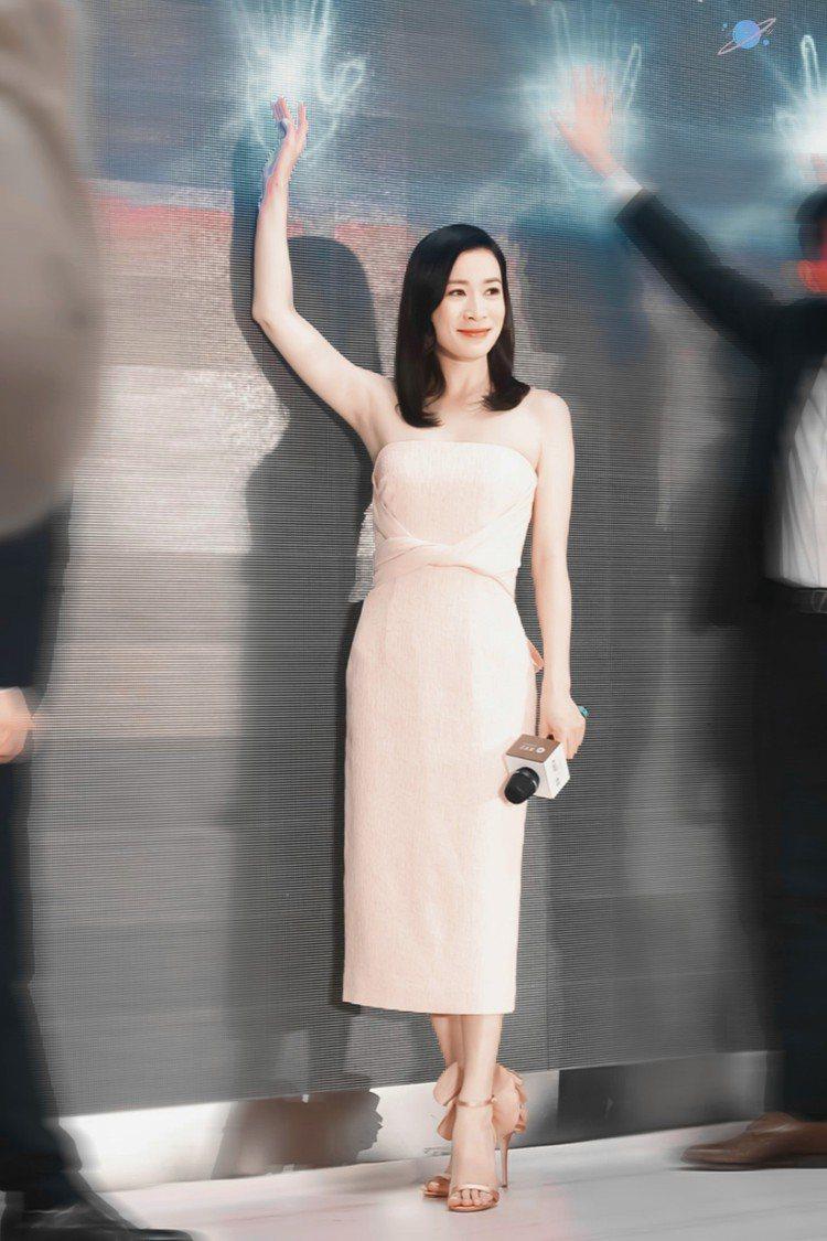 佘詩曼日前在南京出席活動時穿著一身粉紅色洋裝,換下清宮劇中的花盆鞋,腳踩義大利搖...
