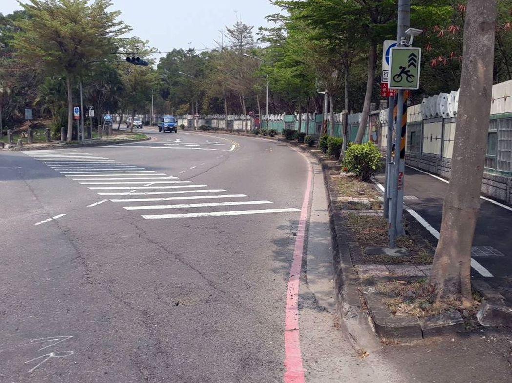 高雄鳥松區松藝路有多處彎道,飆速交通事故相對增加。記者王昭月/攝影