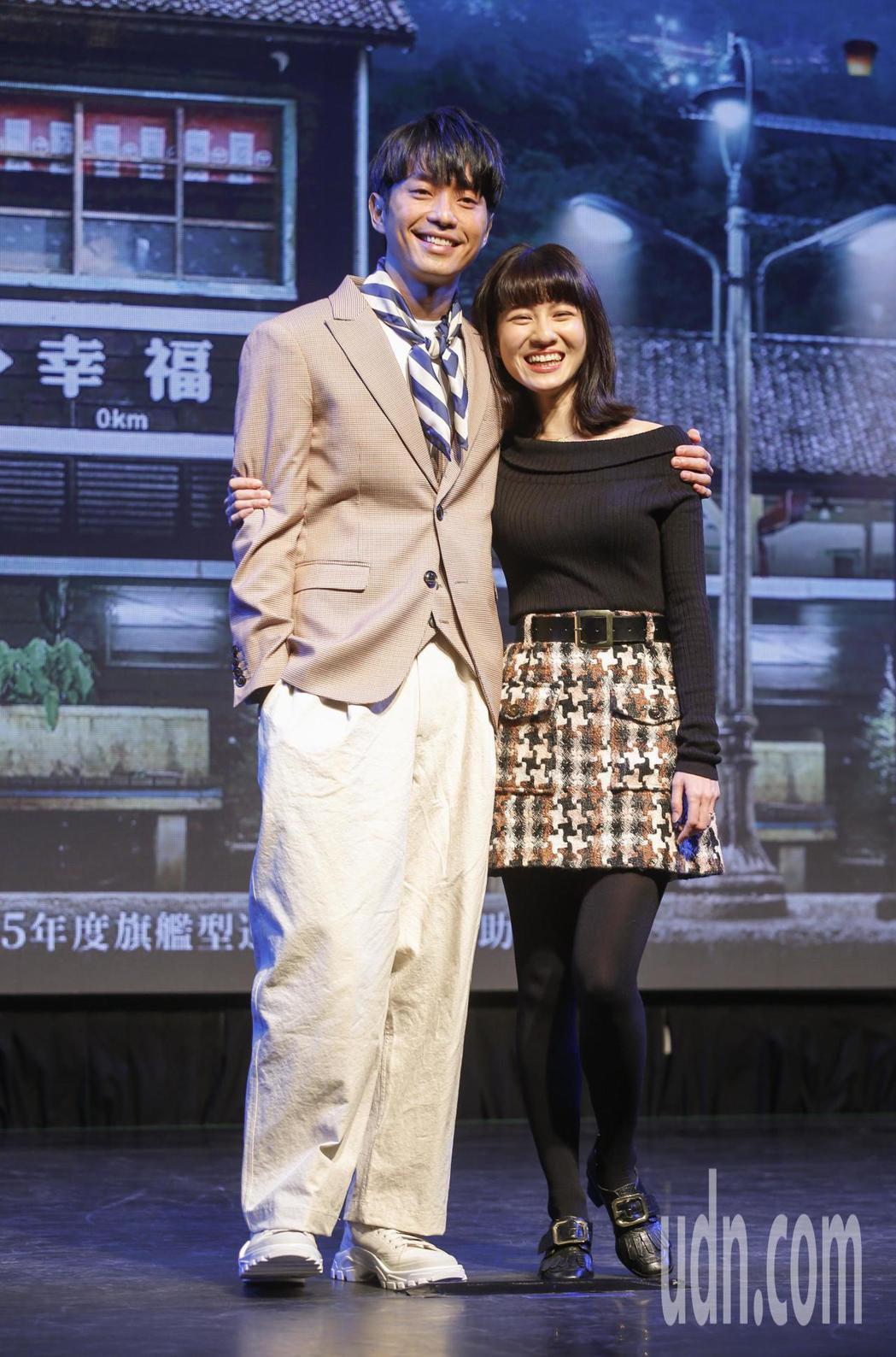 三立新電視劇「一千個晚安」下午在台北三創生活園區舉行特映會,主角張棟樑 (左)與...