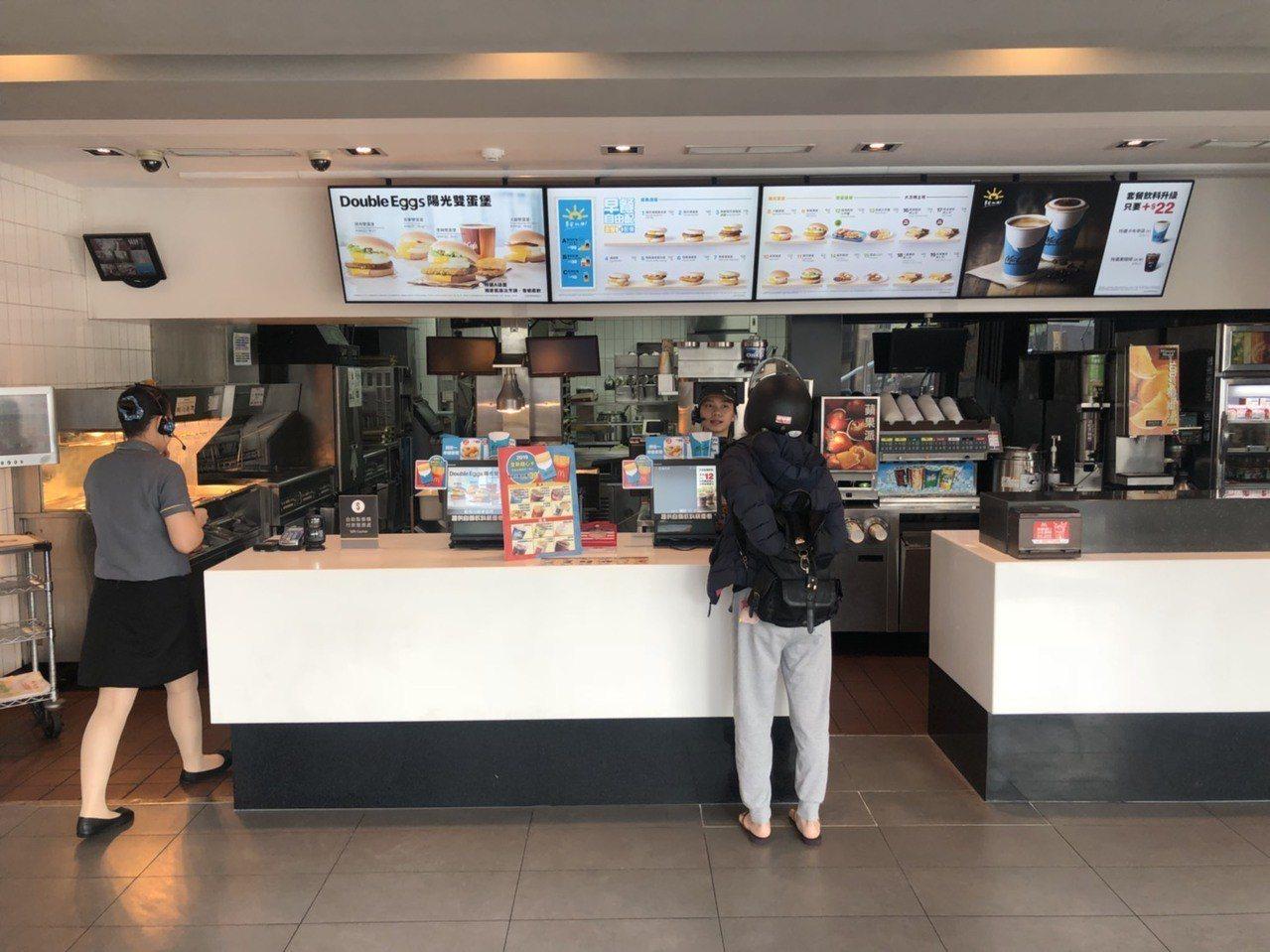 嘉義市27歲施姓男子今天凌晨到市區一家麥當勞外帶一份牛肉漢堡套餐,吃到第3口時,...