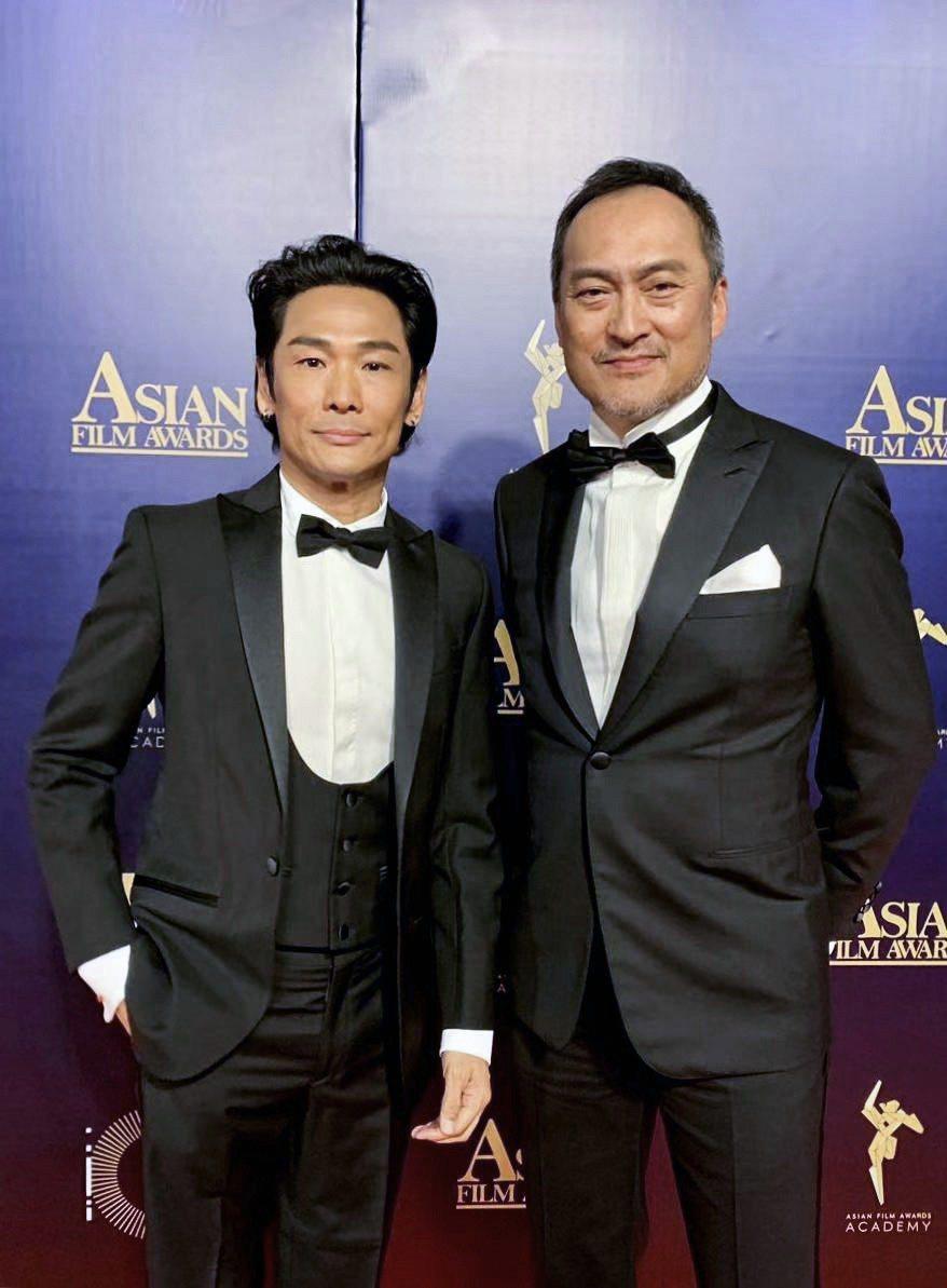 杜德偉(左)在第13屆亞洲電影大獎和渡邊謙相見歡。圖/杜德偉工作室提供