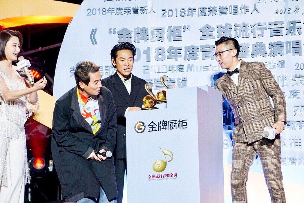 陳小春(左二)險些拿到杜德偉(右二)的獎座。圖/杜德偉工作室提供