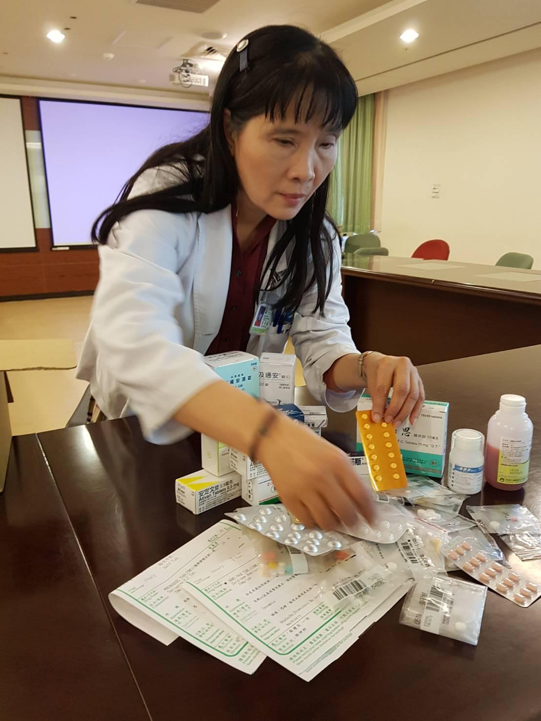 衛福部台中醫院藥師侯芳敏建議,民眾應定期整理藥品。圖/衛福部台中醫院提供