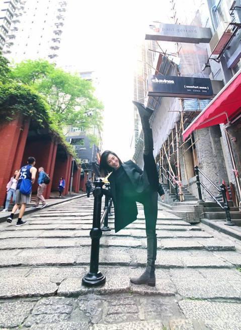 KIMIKO到香港,在石板街突然興起抬腿做出一字馬動作,兩腳又直又長,直到可以用尺來量,臉上完全不顯吃力,還笑臉迎人,她說,「嚇到旁邊喝酒的外國人了。」她的身段柔軟,而且老師級的技術劈腿當然不是難事...