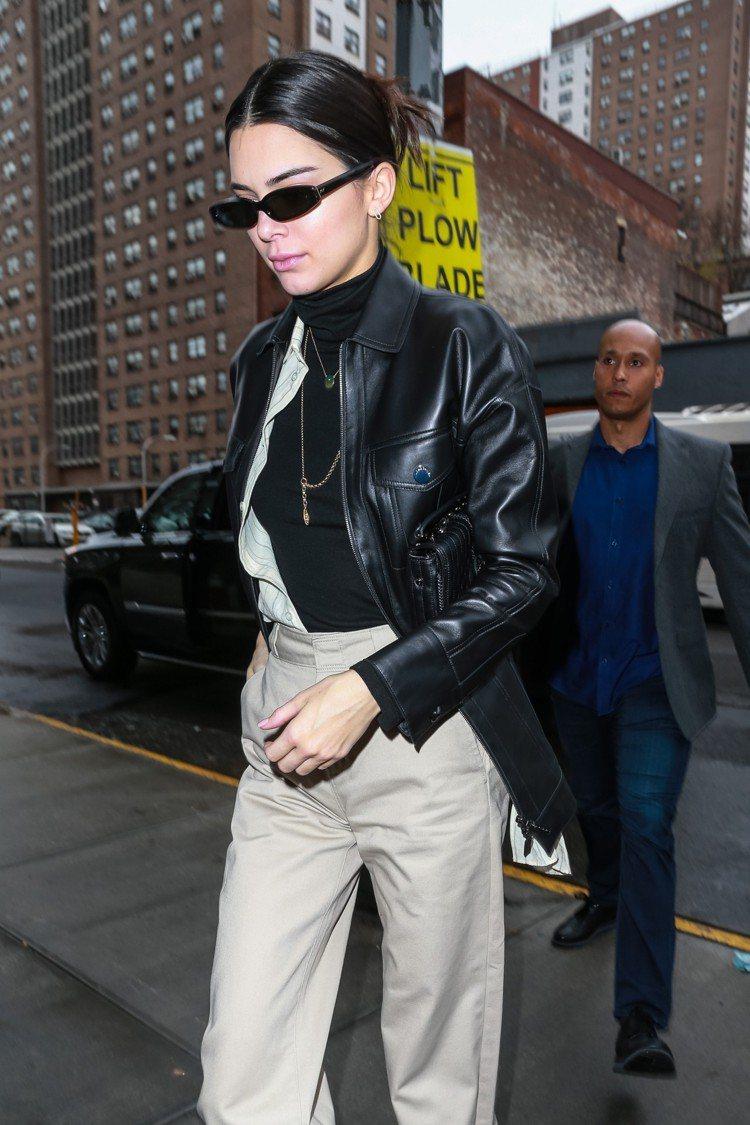 坎達爾珍娜身穿LONGCHAMP春夏系列皮衣與Amazone系列黑色素面荷篷包,...