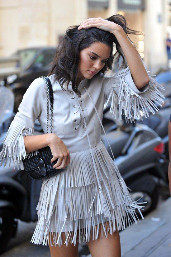 坎達爾珍娜身穿LONGCHAMP流蘇連身裙,選用Amazone Matelass...