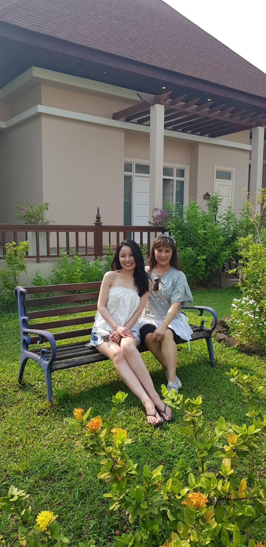 呂文婉(左)與林姿佑在柬埔寨下榻五星級暹粒聖卡渡假村。記者杜沛學/攝影
