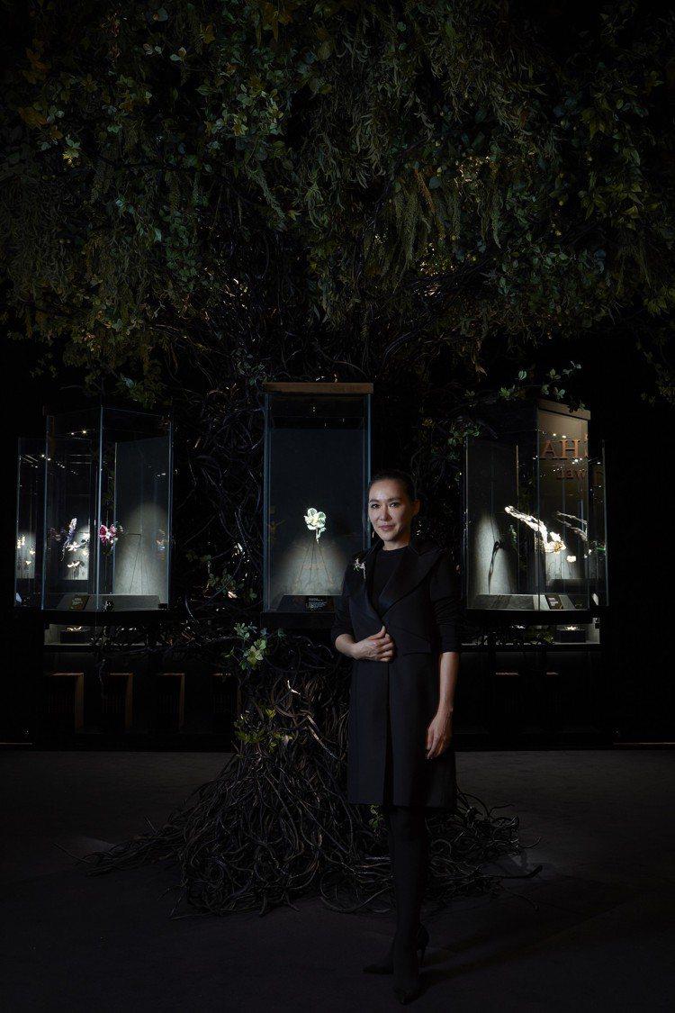 Cindy Chao趙心綺與生命之樹合影。圖╱Cindy Chao提供