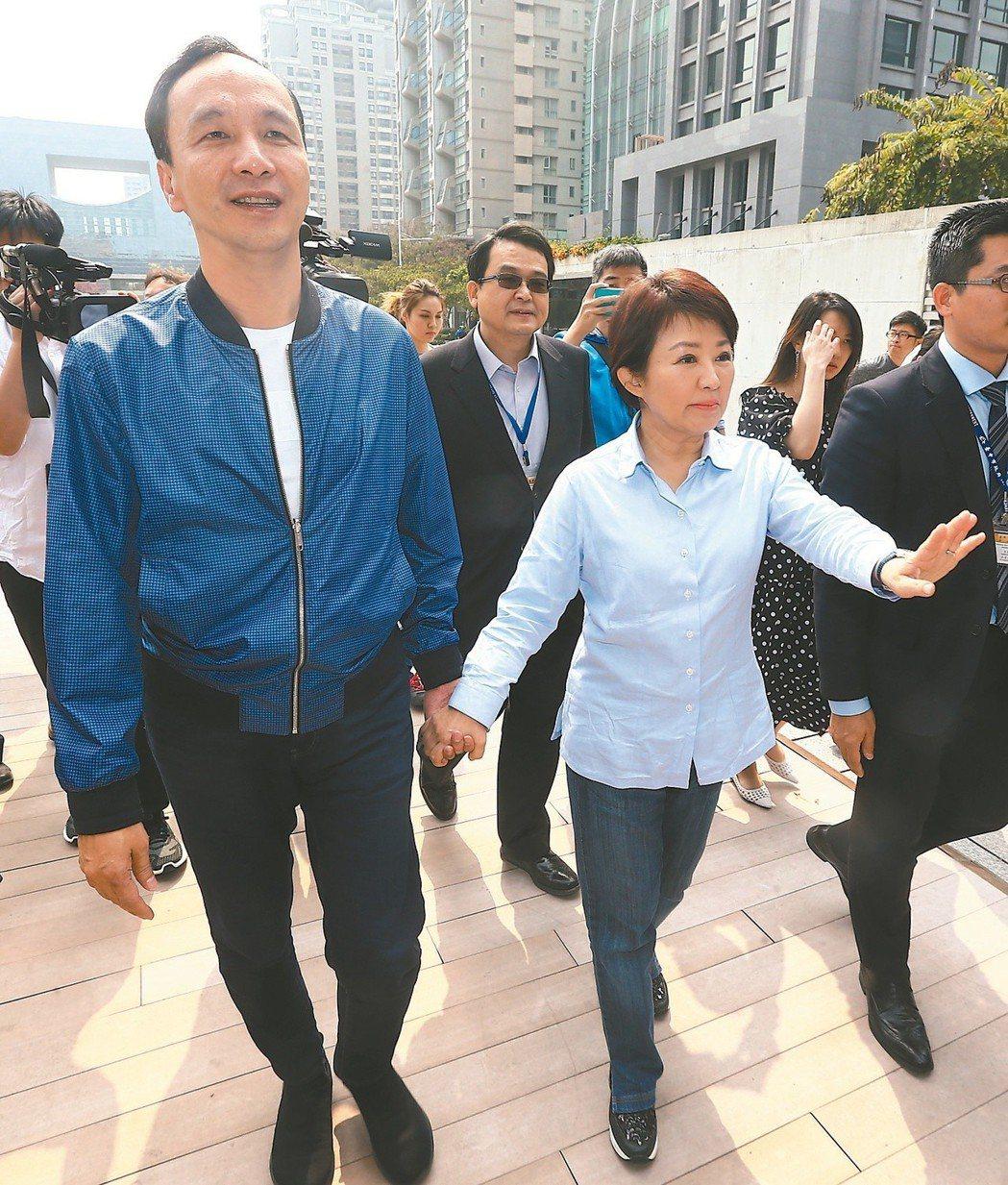 新北市前市長朱立倫(左)日前拜訪台中市長盧秀燕(右),盧主動牽起朱的手,並送上台...