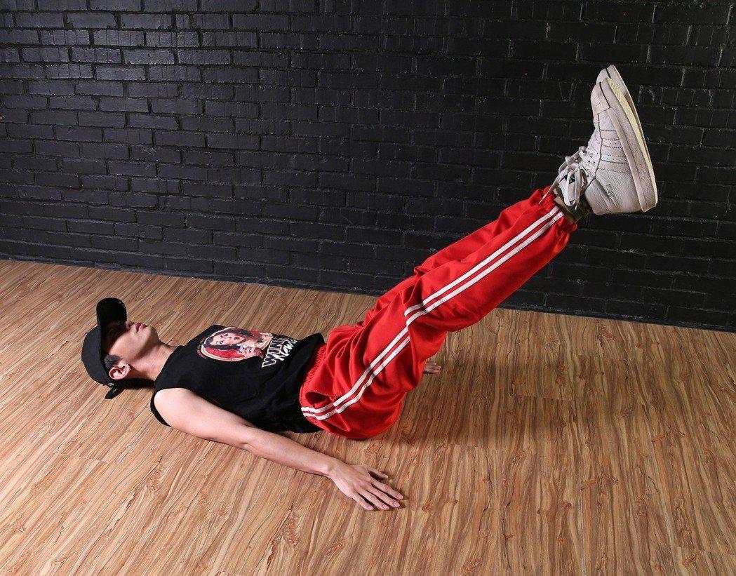 男團「泰坦TITAN」奧斯丁訓練腹肌。記者林澔一/攝影
