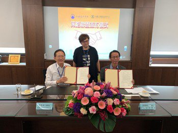 良聯工業董事長薛良田(左)及和春技術學院校長張東炯(右)共同簽署策略聯盟,教育局...