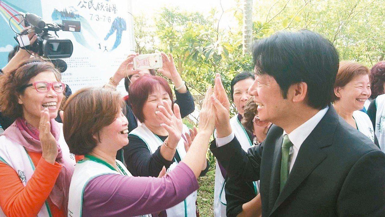 行政院前院長賴清德今訪陳定南紀念園區,現場志工熱情揮手歡迎。 記者羅建旺/攝影