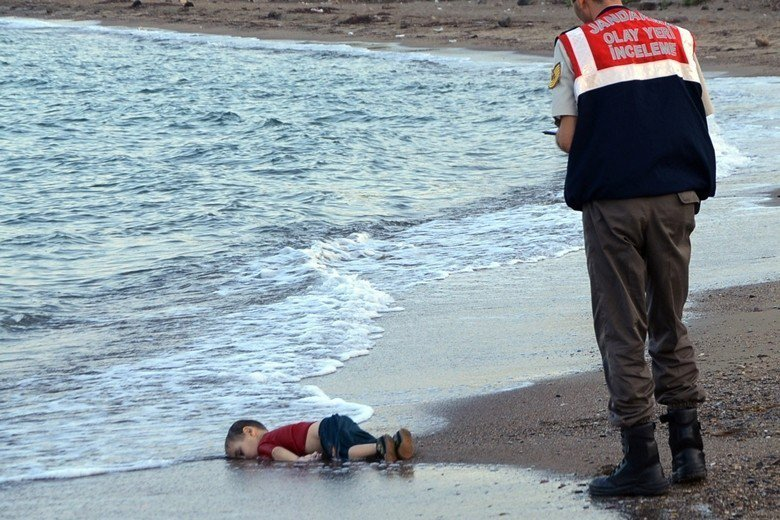 敘利亞籍庫德族的3歲難民男孩艾蘭・庫迪溺斃,漂流至海灘上的照片震驚歐洲。 圖/美...