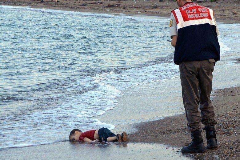 敘利亞籍庫德族的3歲難民男孩艾蘭・庫迪溺斃,漂流至海灘上的照片震驚歐洲。 圖/美聯社