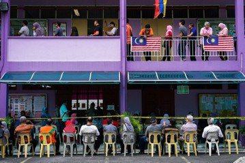 圖為2018年5月,民眾在馬來西亞大選日前往投票。 圖/路透社