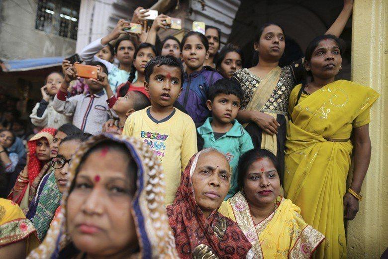 即使是傳統生育率偏高的國家如印度、孟加拉與印尼,生育率也快速降低到接近替代水準,...