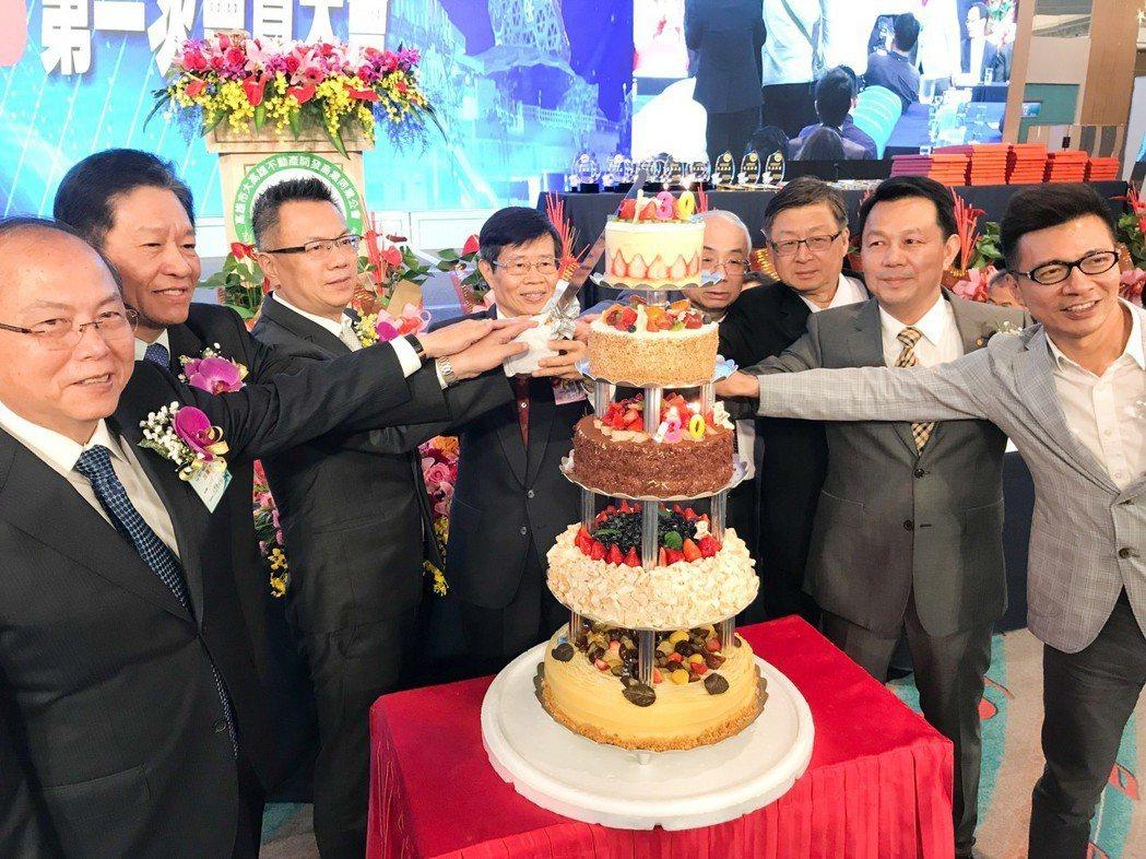 今年同時是大高雄不動產商業同業公會成立30周年,由高雄市政府秘書長楊明州(左四)...
