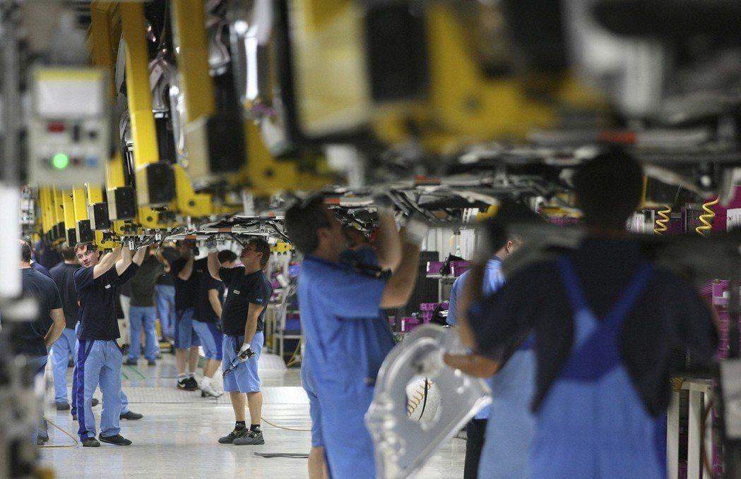 薪資凍漲,生產力的發展,以及匯率下跌都會使得製造業的單位勞動力成本下降,這也是德...
