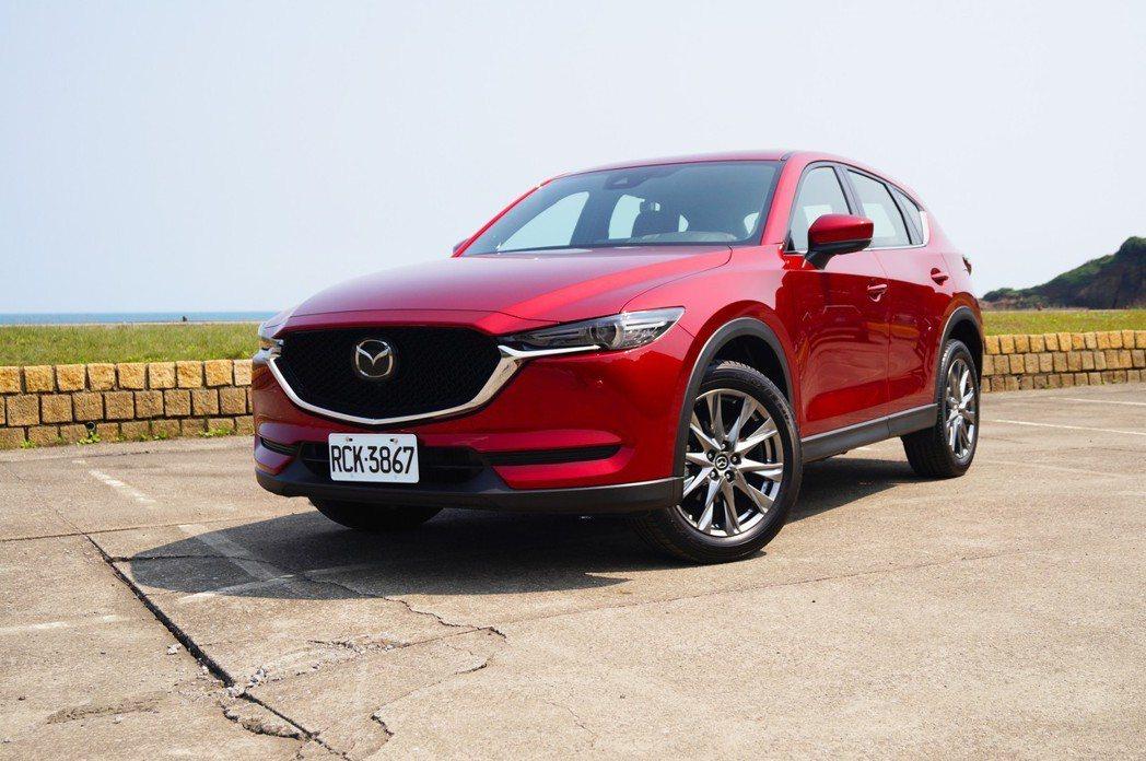 Mazda CX-5 SKY-G 2.5L AWD則是在行路、駕駛質感上略勝一籌...