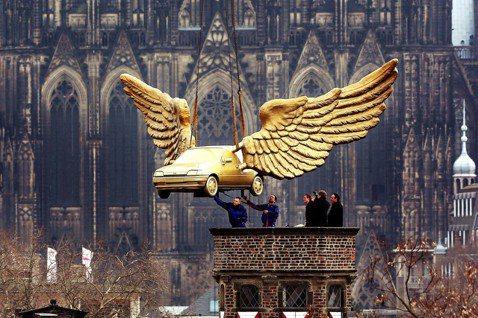 德國的「超黃金工業競爭力」,發展基礎是什麼呢?圖為科隆的黃金飛天車藝術裝置,示意...