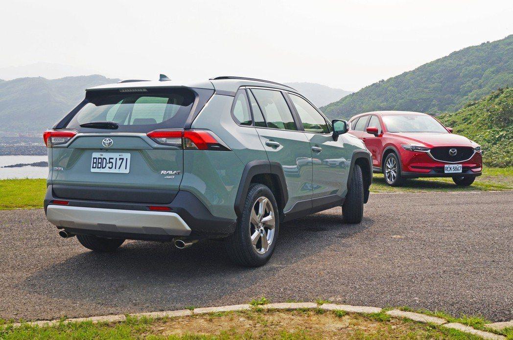 RAV4陽剛的車身線條,與CX-5呈現完美的對比。 記者趙駿宏/攝影