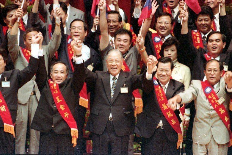 1995年國民黨十四全會,黨主席李登輝為立委提名人授旗誓師。左起王金平、李登輝、...