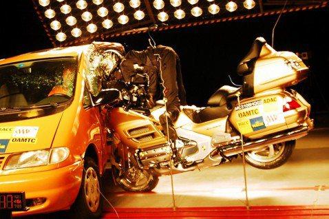 德國經濟奇蹟正逐漸遭遇什麼樣的瓶頸?圖為德國福斯汽車的撞擊測試。 圖/路透社