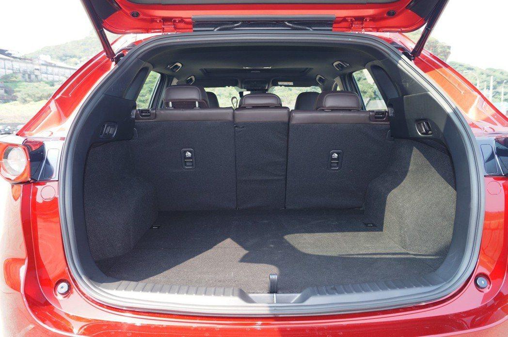 CX-5後行李箱未倒平的狀態下空間不算小。 記者趙駿宏/攝影